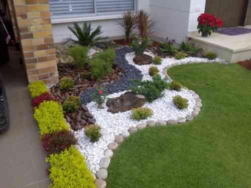 Deco exterieur jardin avec galets - Maison François Fabie